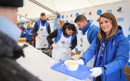 Önkéntesség ételosztásokon